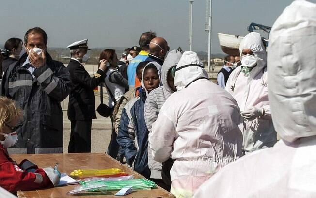 Migrantes resgatados chegam ao porto sul de Corigliano, Itália (15/04)