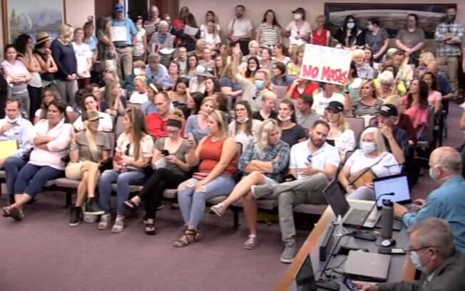 Reunião teve que ser interrompida devido ao grande números de pessoas sem máscara dentro do local