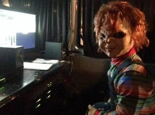 Nova pegadinha de Silvio Santos: Boneco Assassino assusta passageiros em ponto de ônibus