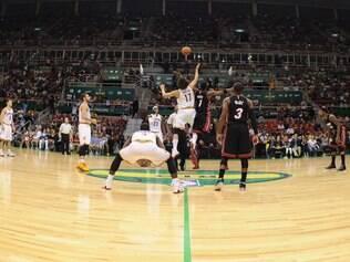 Com 14 pontos do brasileiro, o Cleveland Cavaliers bateu o Miami Heat, no Rio de Janeiro