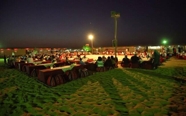 Mesas espalhadas pelo acampamento