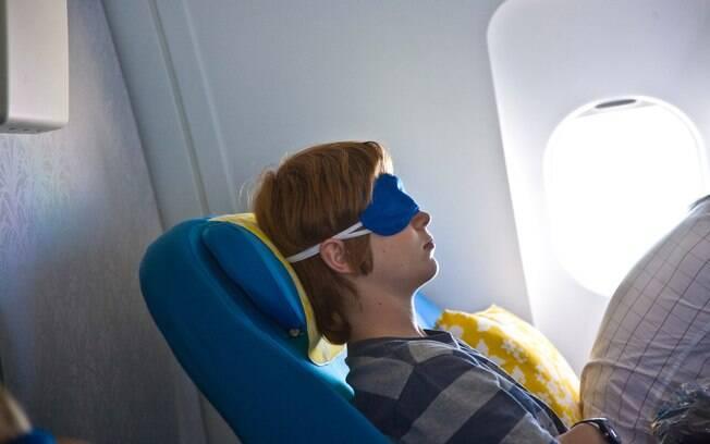 Reclinar o assento pode ajudar a dormir no avião