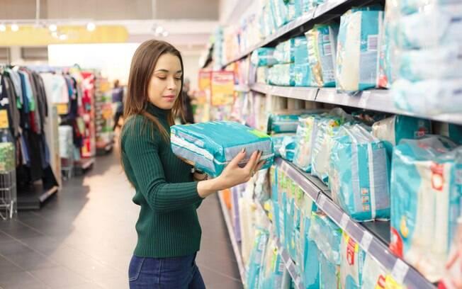 Mulher compra pacote de fraldas para seu bebê e, ao chegar em casa e abrir a embalagem, encontra uma surpresa dentro