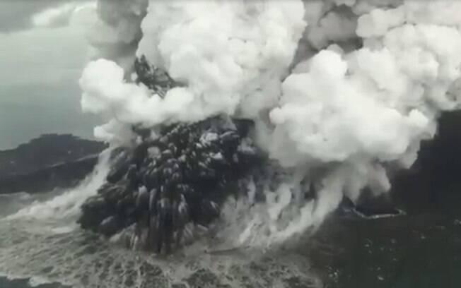 Vulcão Anak Krakatoa causou tsunami que matou mais de 400 pessoas na Indonésia