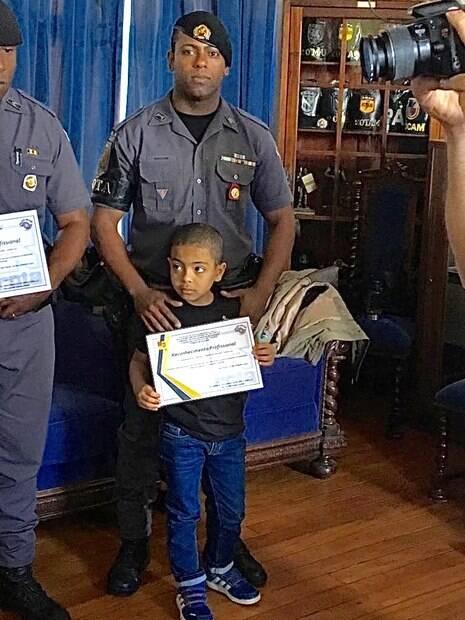 Sargento PM Cleyton com seu filho, líder da equipe que capturou o assassino do filho do Sr. José