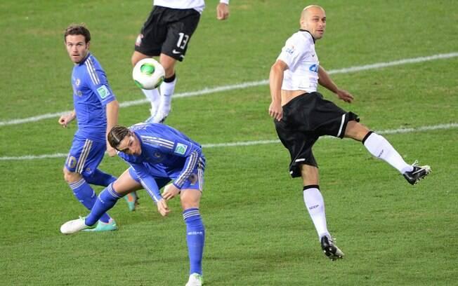 O lateral corintiano Alessandro rebate a bola  e evita ataque de Fernando Torres