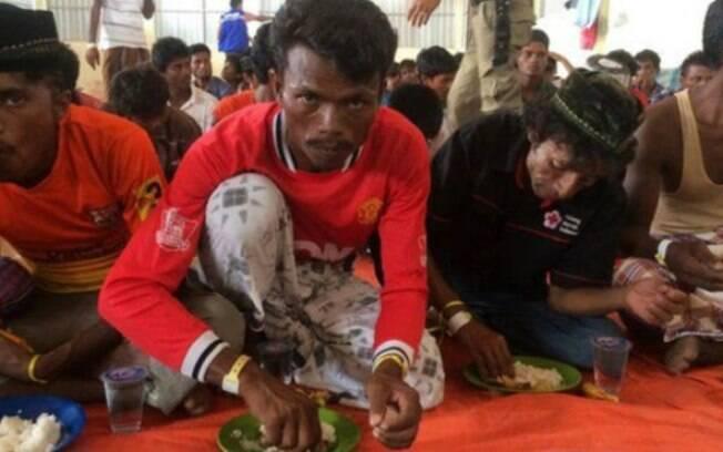 Segundo sobreviventes, cerca de cem pessoas morreram em brigas por comida