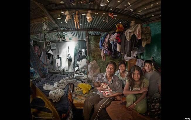 Efraim, de 42 anos, vendedor ambulante colombiano e seus quatro filhos. Foto: Andy Goldstein