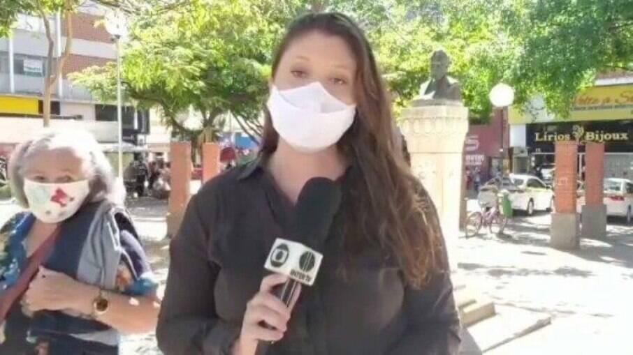 Repórter da Globo é interrompida por idosa