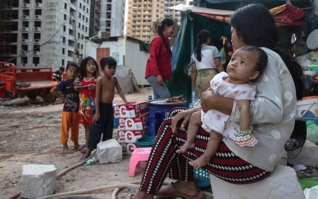 Piora no indicador pode elevar o percentual da população global nessas condições a 9,4%; acima, pessoas vivendo na pobreza no Camboja