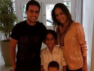 A esposa do meia teria pedido para que ele ficasse no Brasil, por acreditar que os filhos não iriam se adaptar ao novo país