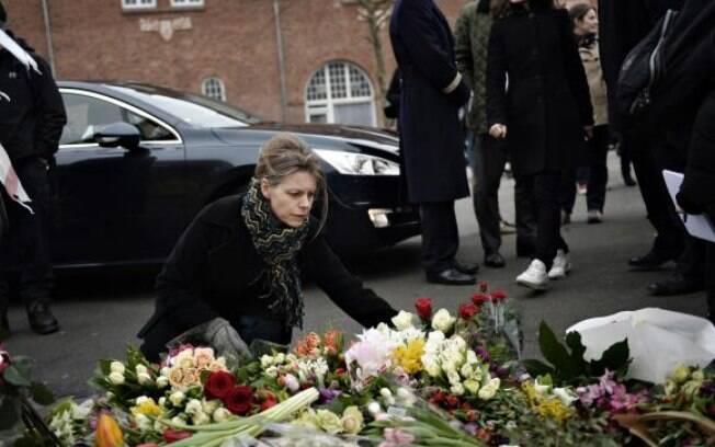 Abalados com os ataques deste fim de semana, cidadãos de Copenhague deixaram durante todo o dia flores e velas na porta dos locais dos atentados