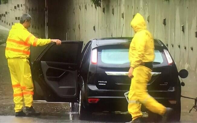 Carro alagado sendo retirado pela CET na Marginal Pinheiros