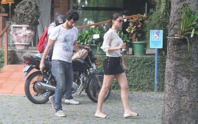 Alinne Moraes e Felipe Simão ignoram que estão sendo fotografados