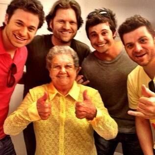 Dalton, Carlos, João e Guga com a 'Vovó Palmirinha'
