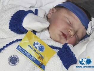 Gabriela, filha de Walfrido e Taísa, foi escolhida para simbolizar a marca de 60 mil sócios-torcedores do Cruzeiro