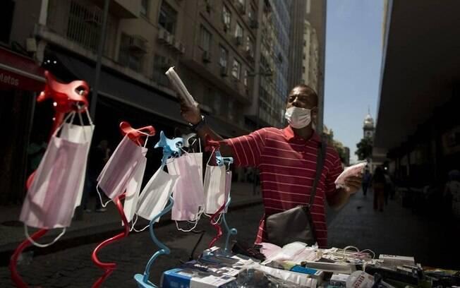 Camelô vendendo máscaras nas ruas do Rio no início da epidemia de coronavírus na cidade