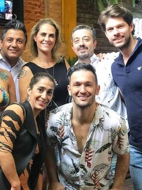 Marcus Duarte, namorado de Diego Hyoílito, é o de cima (à direita) de camisa polo azul