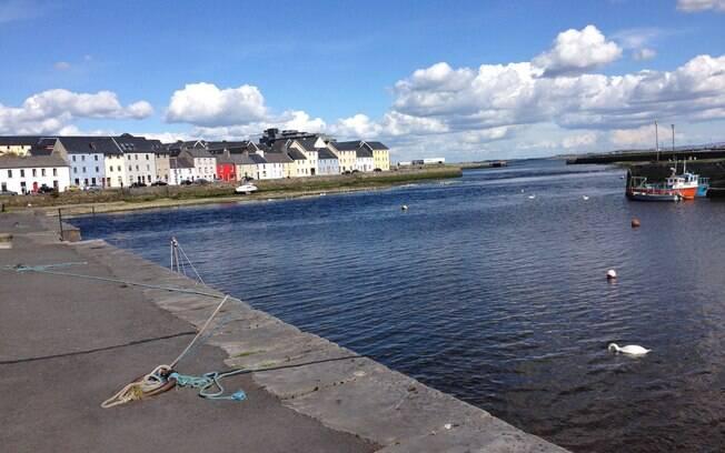 Galway é uma cidade pequena e com construções coloridas
