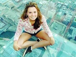 Há cinco anos fora do país, Daniela Branco assiste até os debates