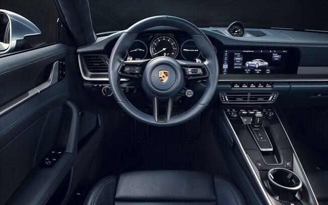 Porsche 911 passa a ter tela de 10,2 polegadas na central multimídia e grafismo do contagiros de estilo retrô