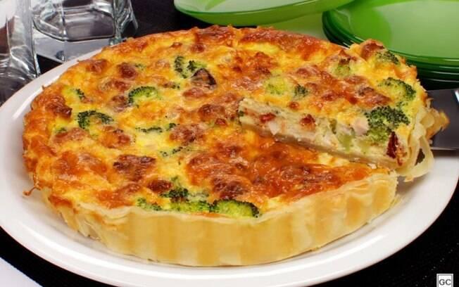 Quiche folhada de brócolis, palmito e bacon para um jantar incrível