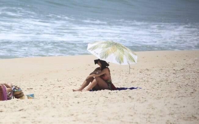Alinne Moraes grávida na praia
