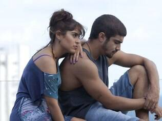 Camilla Camargo com Caio Castro em cena de 'Travessia'