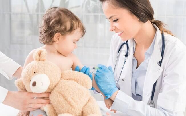 A vacina é a principal forma de prevenir a doença e, por isso, é importante seguir o calendário de vacinação corretamente
