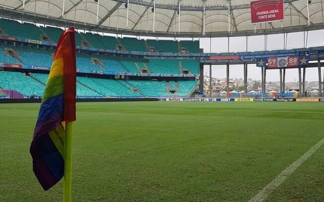 Bandeira LGBTQIA+ em um estádio de Salvador