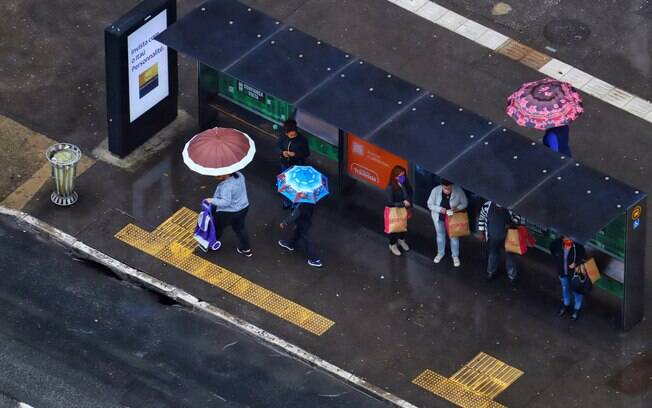 Pessoas esperando ônibus na região Sul da cidade