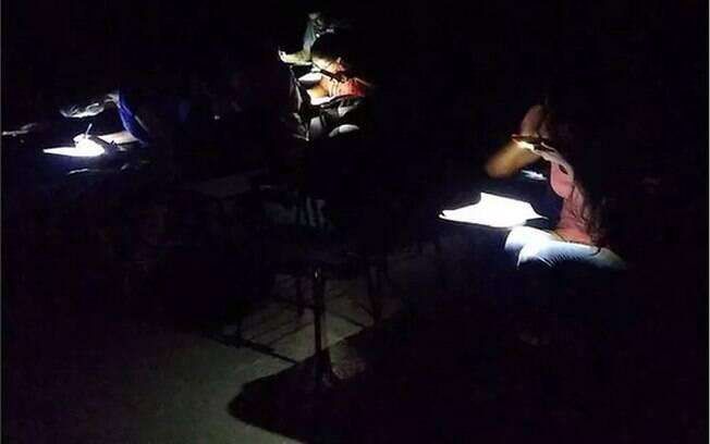 Alunos da Ufal fazem prova no escuro, com lanterna do celular, durante o apagão que atingiu 13 estados hoje