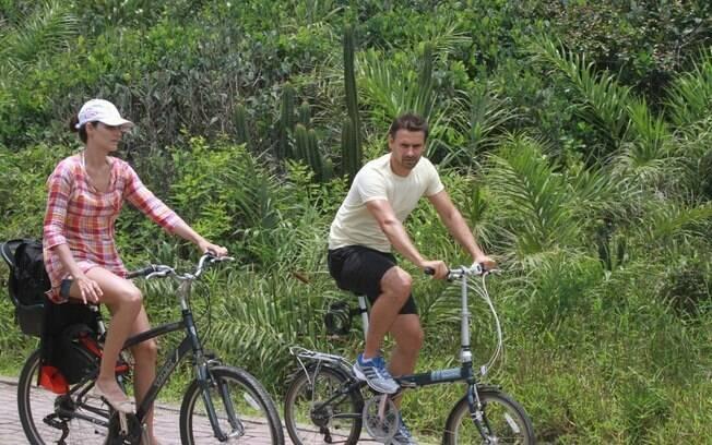 Murilo Rosa e Fernanda Tavares foram e voltaram de bicicleta para a praia, nesta quinta-feira (12)