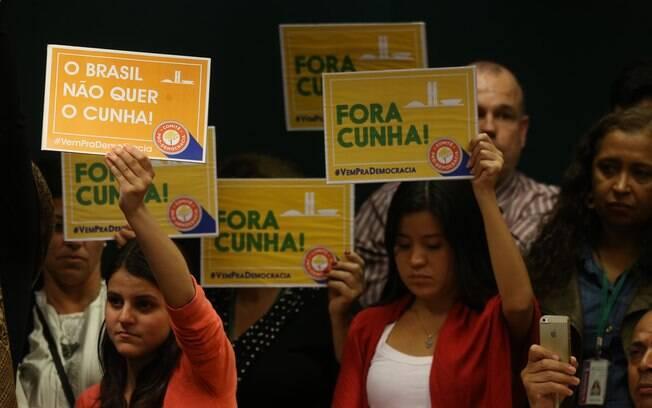 Manifestantes erguem cartazes de protesto a favor da cassação de Eduardo Cunha