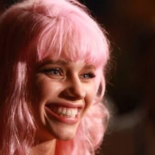 Bruna Linzmeyer surge com o cabelo cor-de-rosa