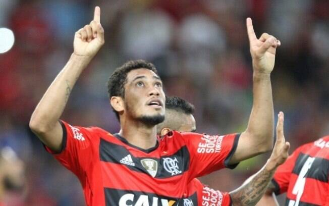 Hernane comemora mais um gol pelo Flamengo, em 2014