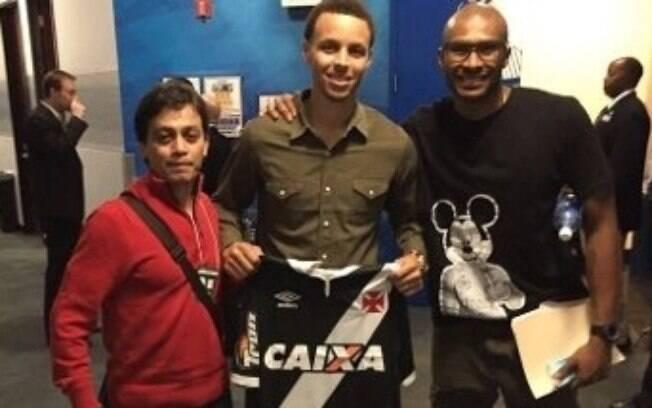 Stephen Curry com a camisa do Vasco