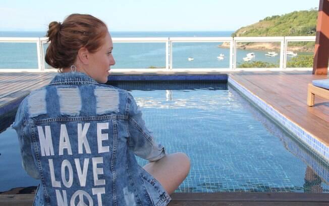 Colunista do Delas Cacá Filippini dá dicas de como usar a jaqueta jeans em diversos looks