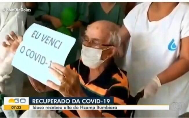 Sapateiro idoso canta ao sair do hospital após curar-se da Covid-19
