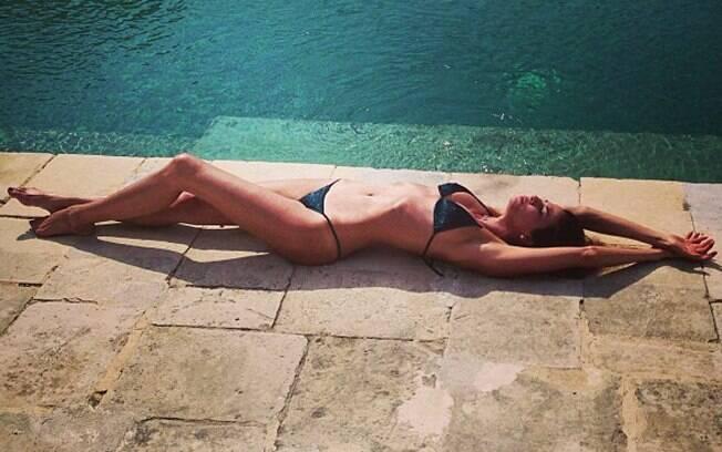 Luciana Gimenez compartilha foto tomando sol na Itália