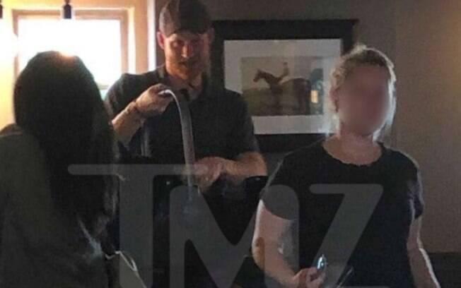 Harry aparece segurando a cadeirinha de Archie ao chegar em um pub na Inglaterra