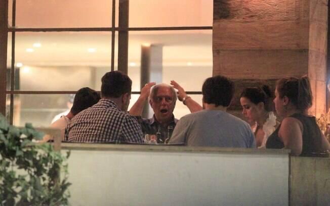 Antonio Fagundes janta com a ex-namorada, a atriz Alexandra Martins, e uma turma de amigos