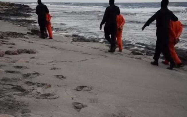 Militantes do grupo extremista levam reféns para o local da execução (15/02)
