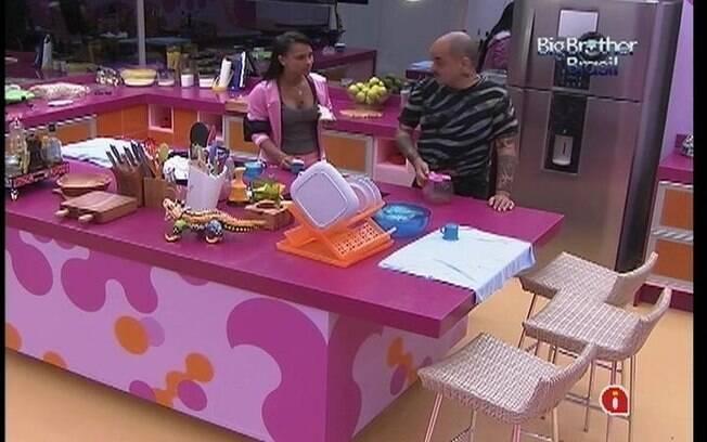 Kelly e João Carvalho resolvem esperar a Prova da Comida para preparar almoço