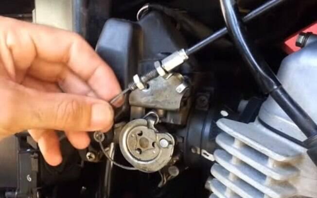 Cabo de acelerador da moto pode se afrouxar com o uso. Logo, é necessário sempre verificar a sua tensão