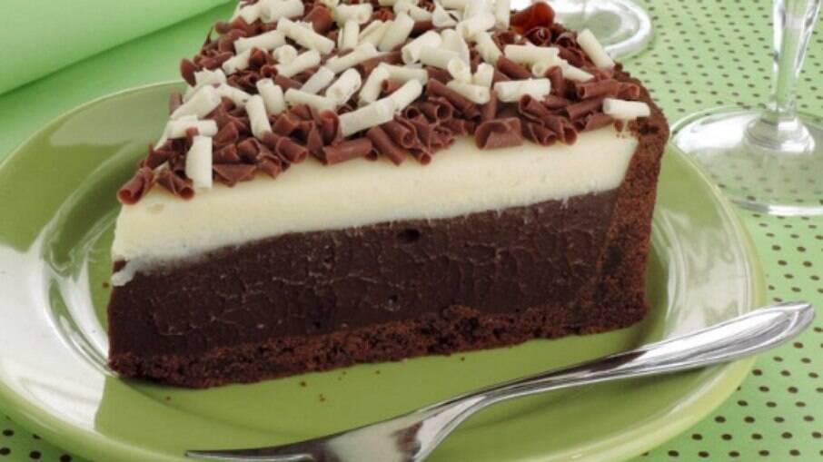 Curte a combinação de chocolate ao leite, meio amargo e branco? Veja só esta torta do Guia da Cozinha!