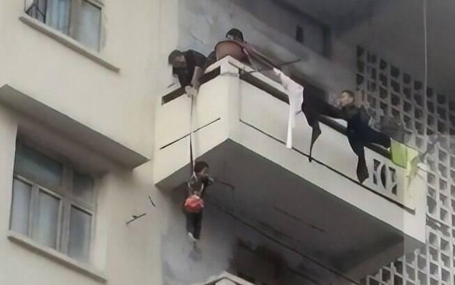 Avó pendurou neto em corda para fazer o resgate