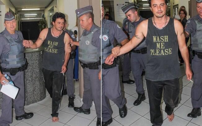 O cantor chegou ao local sem sapatos e visivelmente alterado. Foto: Marco Ambrosio/AgNews