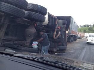 No início da manhã, o tombamento de uma carreta deixou o motorista do veículo preso às ferragens na altura do KM 516, em Igarapé, e a rodovia interditada