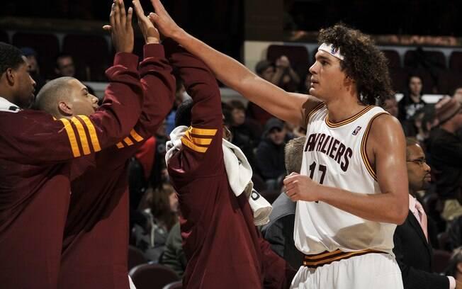 Varejão é cumprimentado pelos companheiros de  Cleveland Cavaliers